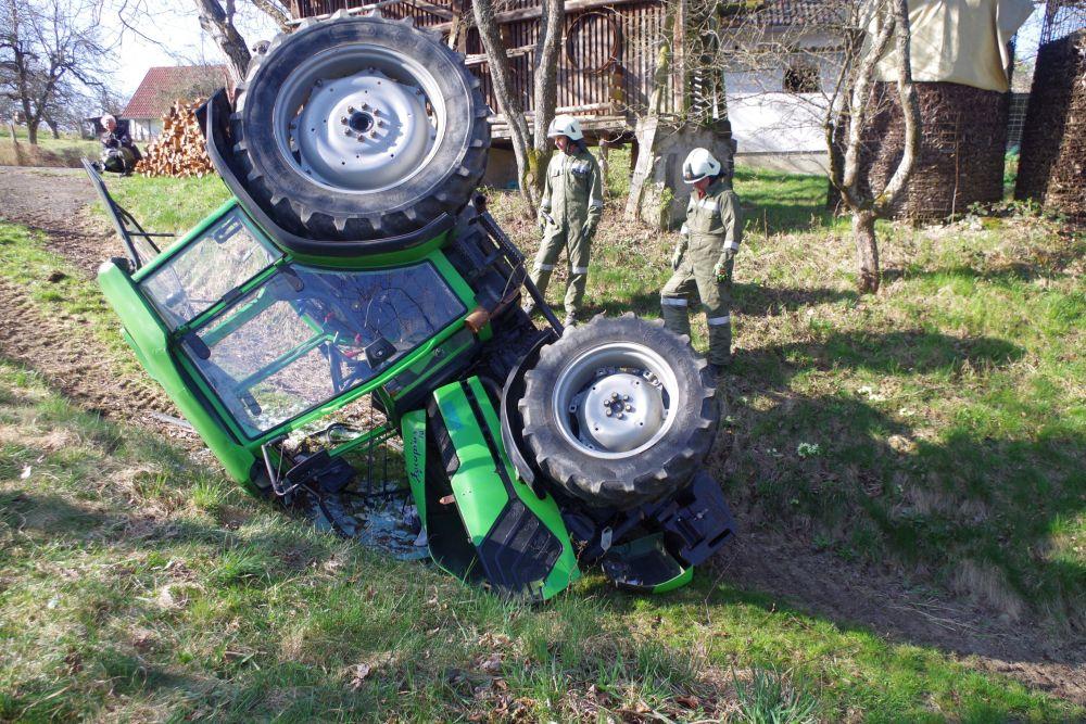 Pensionist  kippte mit seinem Traktor...