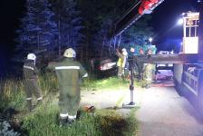 Fahranfänger landete nach Unfall mit Fahrzeugdach in einer Baumgruppe_6
