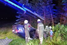 Fahranfänger landete nach Unfall mit Fahrzeugdach in einer Baumgruppe_7