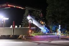 Fahranfänger landete nach Unfall mit Fahrzeugdach in einer Baumgruppe_8