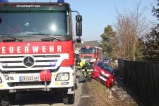 Hauskrankenpflegerin rutschte mit PKW in tiefen Straßengraben_1