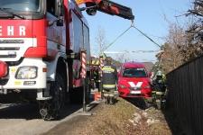 Hauskrankenpflegerin rutschte mit PKW in tiefen Straßengraben_3