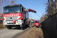 Hauskrankenpflegerin rutschte mit PKW in tiefen Straßengraben_7