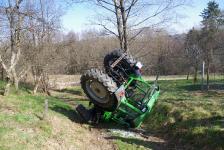 Pensionist kippte mit  Traktor in Hohlweg um_2