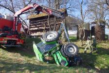 Pensionist kippte mit  Traktor in Hohlweg um_3