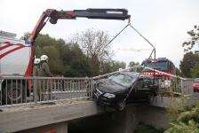 PKW-Lenker kam  auf Brückengeländer zum Stillstand_4