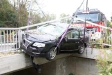 PKW-Lenker kam  auf Brückengeländer zum Stillstand_5