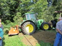 Traktorfahrer drohte in  Wald zu stürzen_1